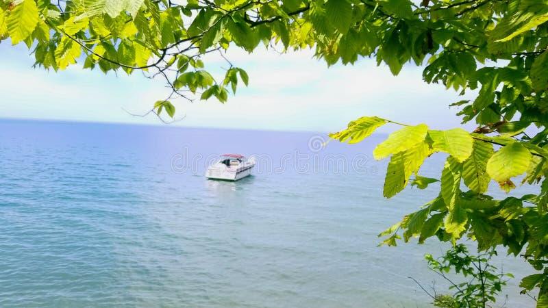 Bateau sur un lac image libre de droits