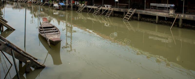 Bateau thaïlandais traditionnel attaché sur le marché de flottement vide photos stock