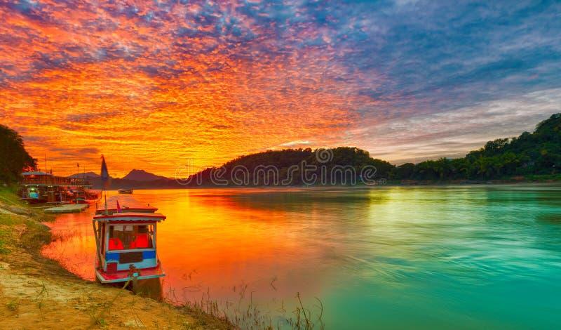 Bateau touristique au coucher du soleil Beau paysage Les Laotiens La photo stock