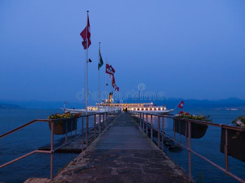 Bateau touristique de vapeur s'arrêtant chez Quay après coucher du soleil photographie stock