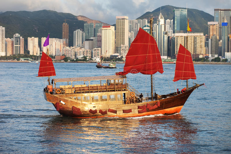 Bateau traditionnel de camelote de voile à Hong Kong moderne images libres de droits