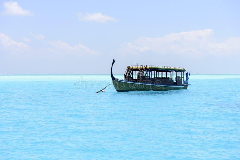 Bateau traditionnel de Dhoni en Maldives photos stock