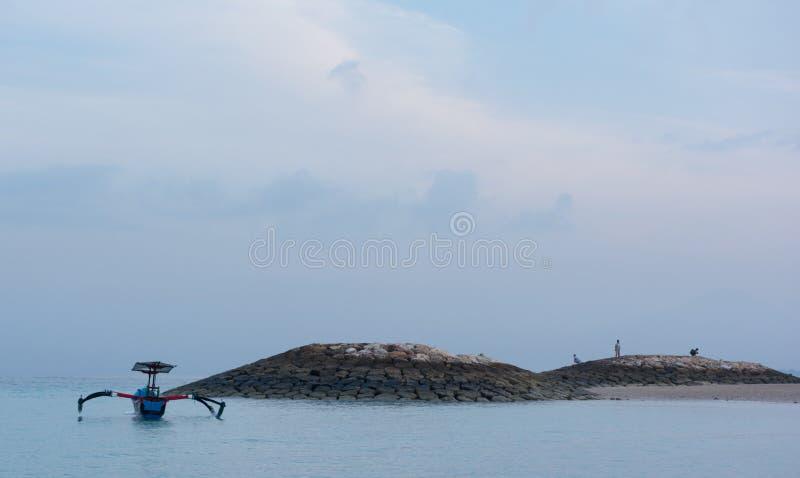 Bateau traditionnel de libellule de balinese sur la plage photographie stock