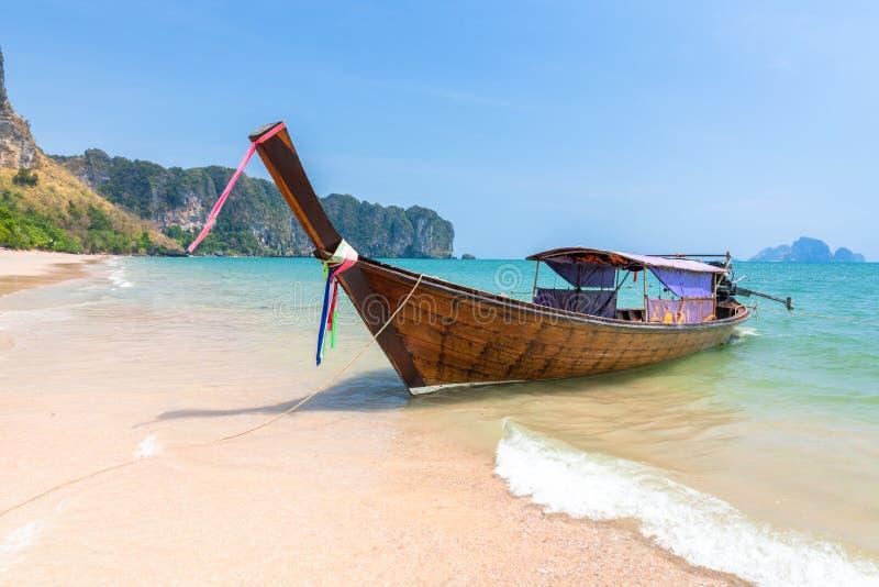 Bateau traditionnel de long-queue sur la plage, Krabi, Thaïlande photo libre de droits