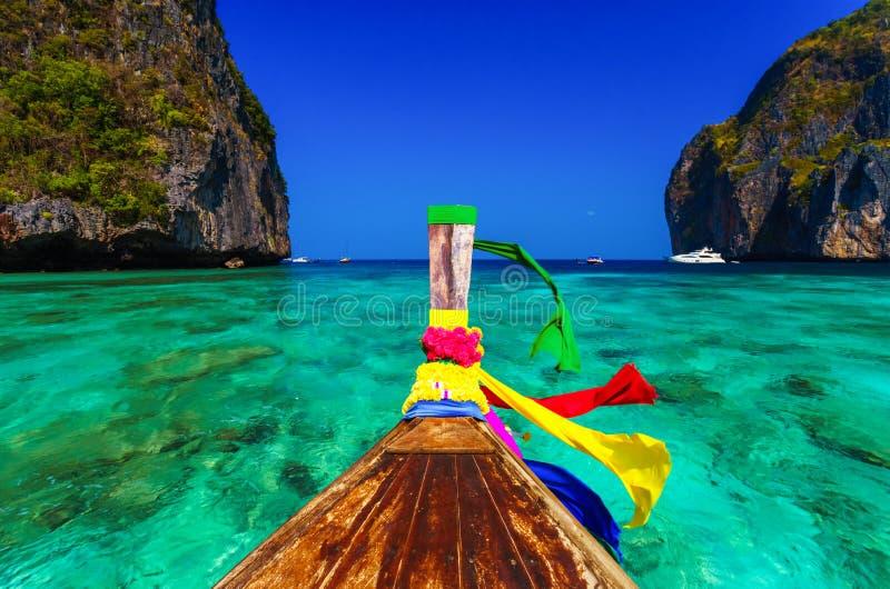Bateau traditionnel de longtail dans la baie de Maya, Phi Phi Leh Island, Thaïlande images libres de droits