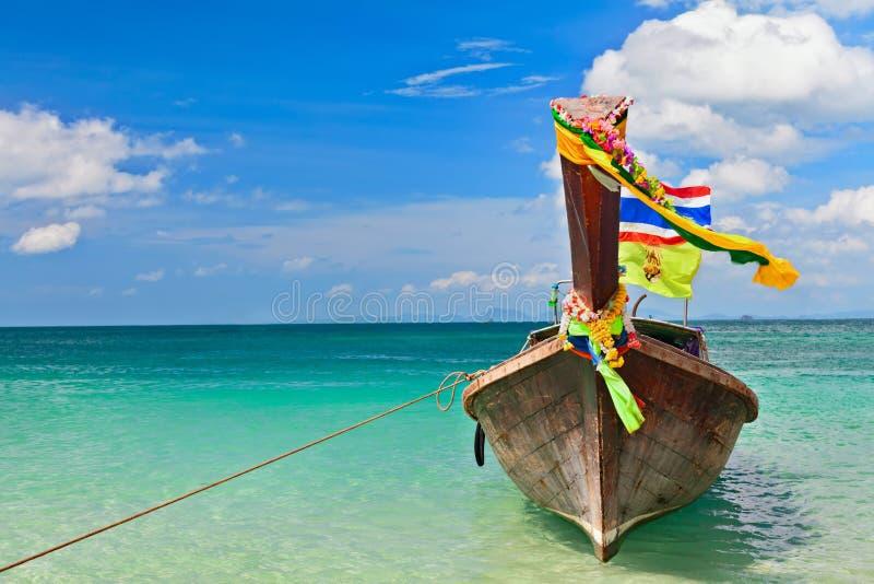 Bateau traditionnel de longtail de la Thaïlande sur la plage tropicale photo stock