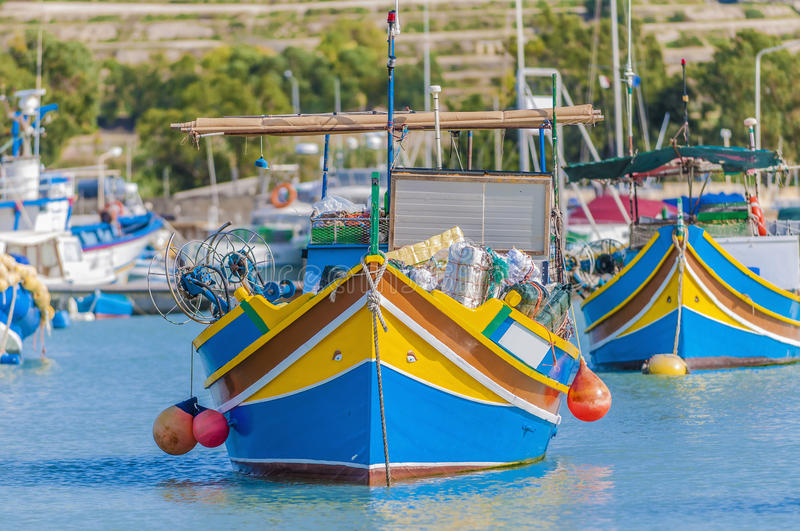 Bateau traditionnel de Luzzu au port de Marsaxlokk à Malte. photos stock