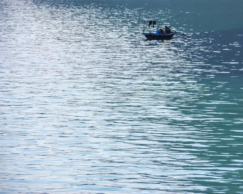 Bateau traditionnel et paysage marin de pêcheur avec la réflexion de la lumière sur le fond de l'eau image libre de droits
