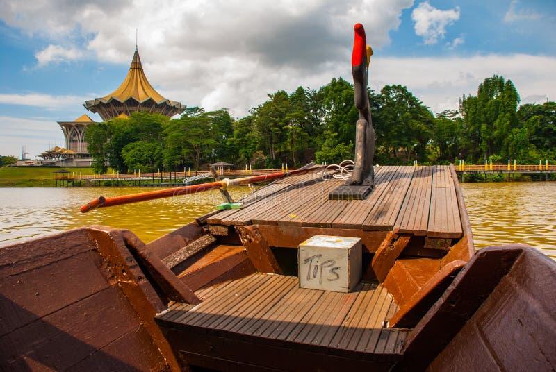 Bateau traditionnel sur la rivière de Sarawak du bord de mer dans la ville de Kuching sarawak borneo malaysia images stock