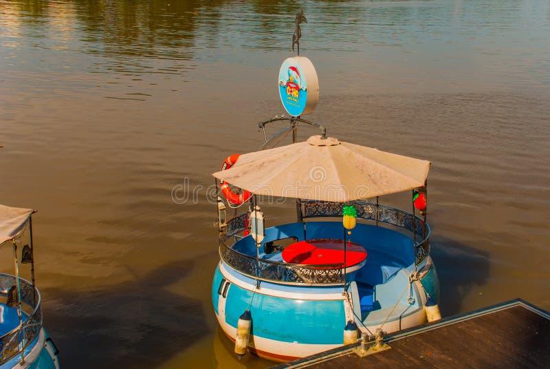 Bateau traditionnel sur la rivière de Sarawak du bord de mer dans la ville de Kuching sarawak borneo malaysia images libres de droits