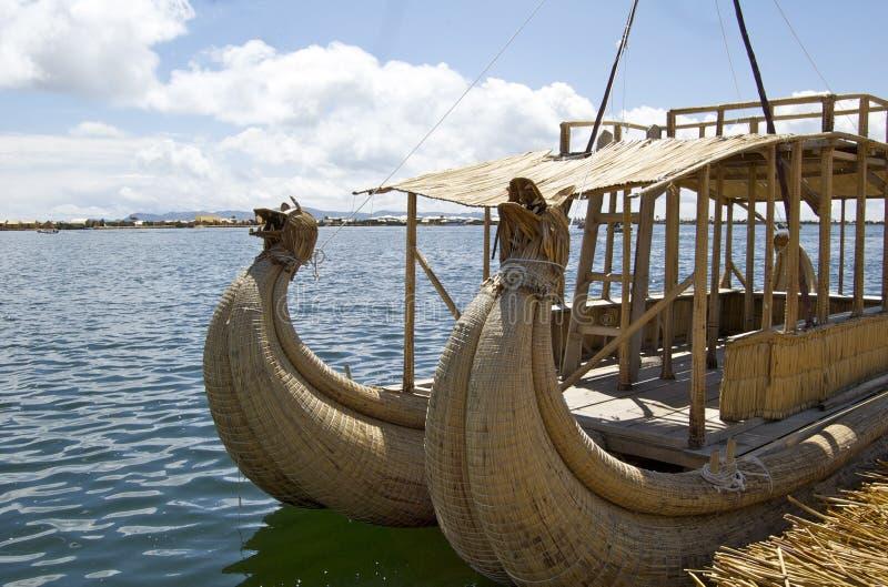 Bateau tubulaire dans le lac Titicaca - Puno, Pérou image libre de droits
