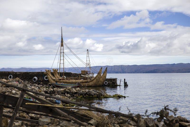 Bateau tubulaire de totora traditionnel chez Isla del Sol sur le lac Titicaca photo stock