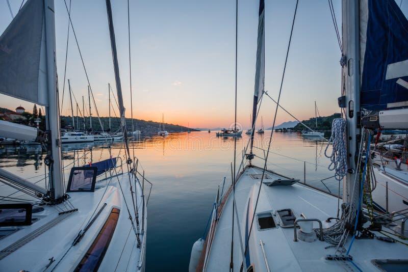 Bateau ? voile en mer pendant le coucher du soleil impressionnant photos stock