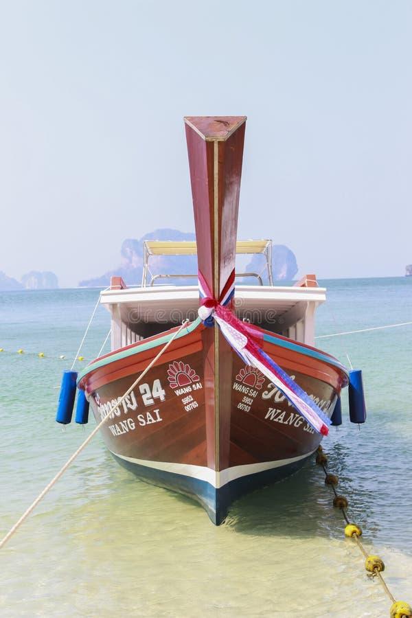 Bateau voyageant dans Krabi Thaïlande image libre de droits