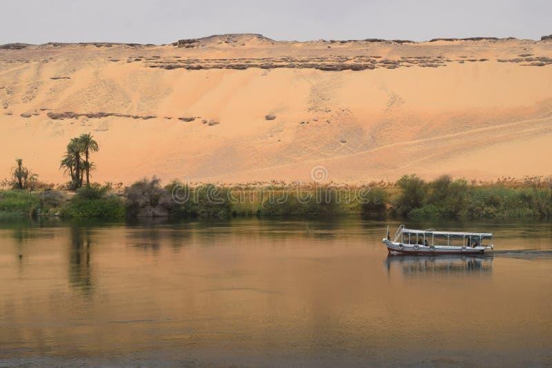 Bateau voyageant le long du Nil image libre de droits