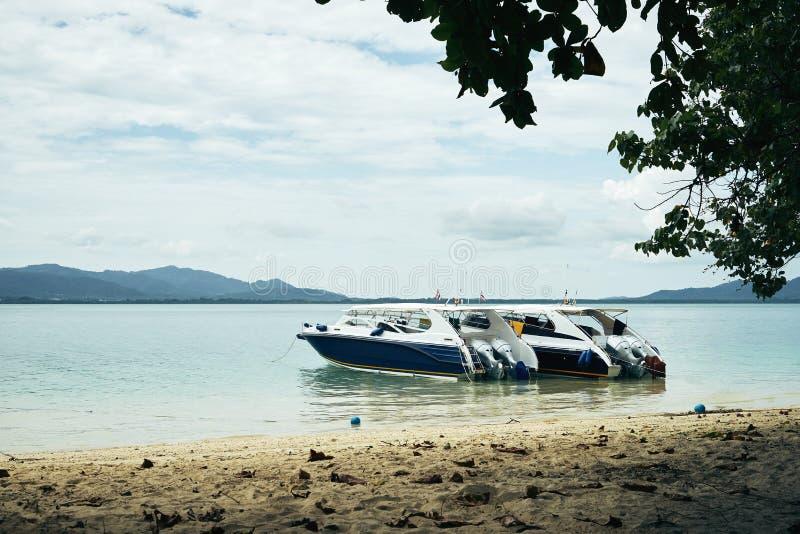 Bateaux à deux vitesses attendant des passagers près de la plage de la Thaïlande dans un jour merveilleux lumineux images stock
