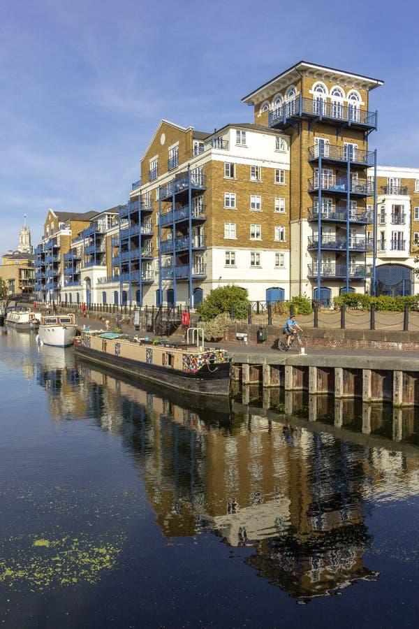 Bateaux à la marina de bassin de Limehouse, près de la rive jaune canari de quai, Londres photographie stock libre de droits