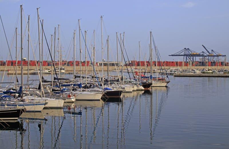 Bateaux à la marina de Juan Carlos I dans le port de Valence image stock