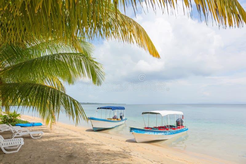 Bateaux à la plage, Panama image stock