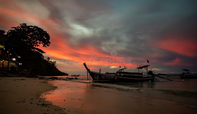 Bateaux à queue longue dans la mer d'Andaman, Thaïlande - paradis tropical photographie stock