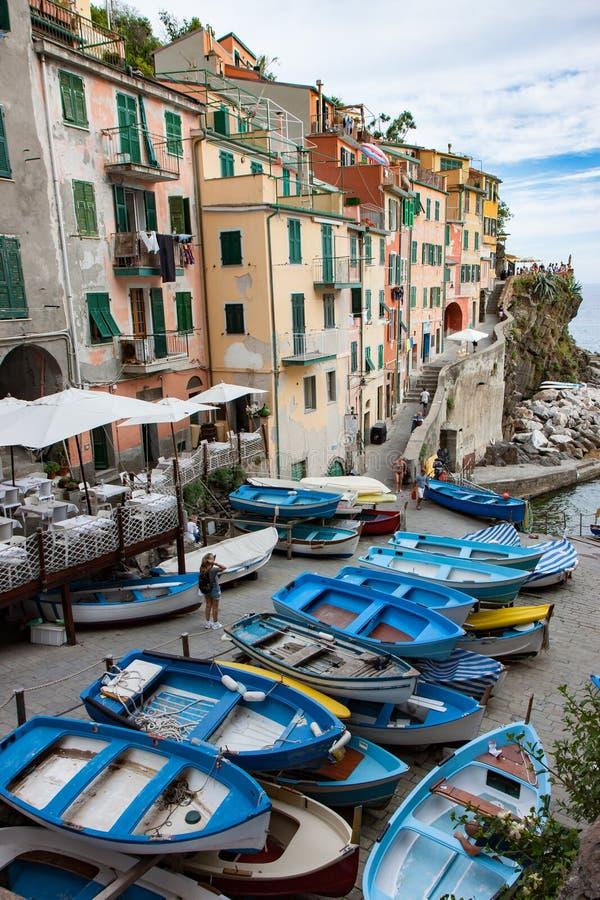 Bateaux à rames au port de Riomaggiore en Cinque Terre image libre de droits