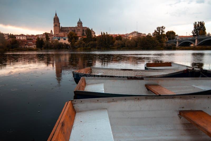 Bateaux à rames sur l'eau superficielle avec un château à l'arrière-plan image libre de droits