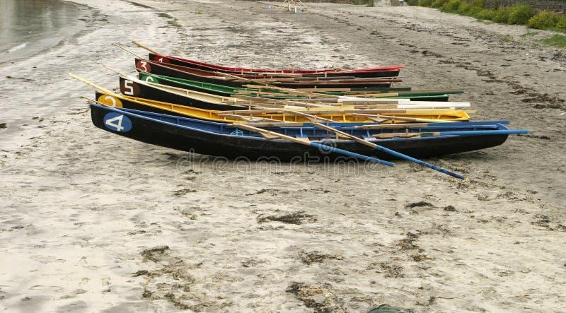 Bateaux à rames sur la plage images libres de droits