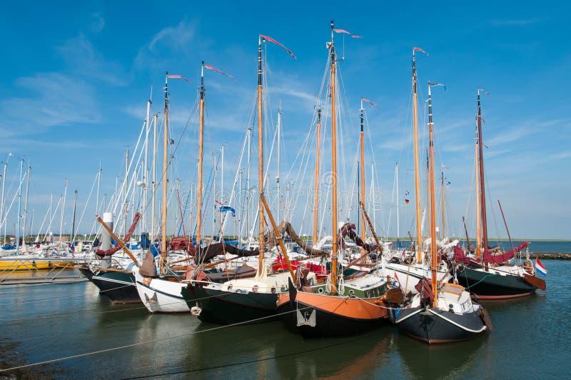 Bateaux à voile amarrés dans un petit port photos stock