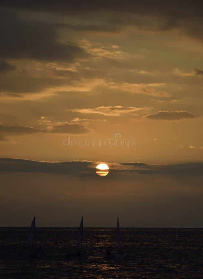 Bateaux ? voile au coucher du soleil photographie stock