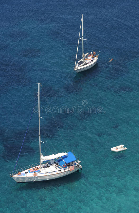 Bateaux à voile chez Punta Nera sur la côte d'Île d'Elbe i photo stock