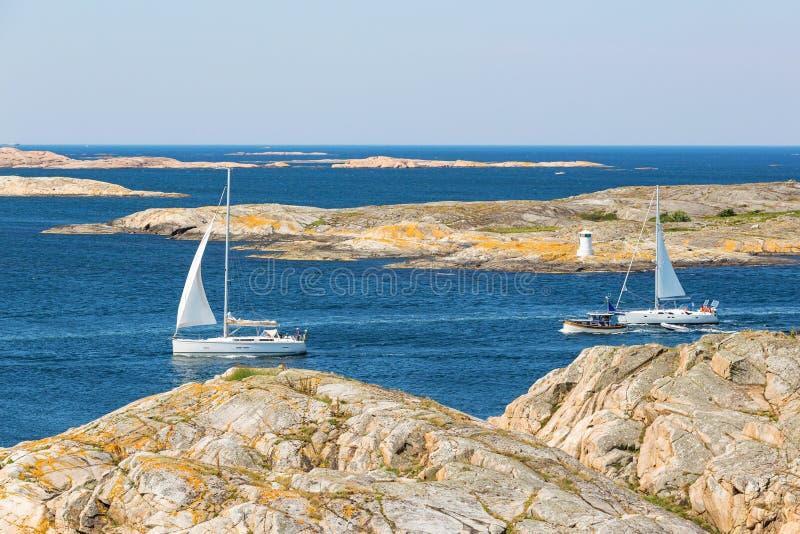 Bateaux à voile dans l'archipel rocheux de mer images libres de droits