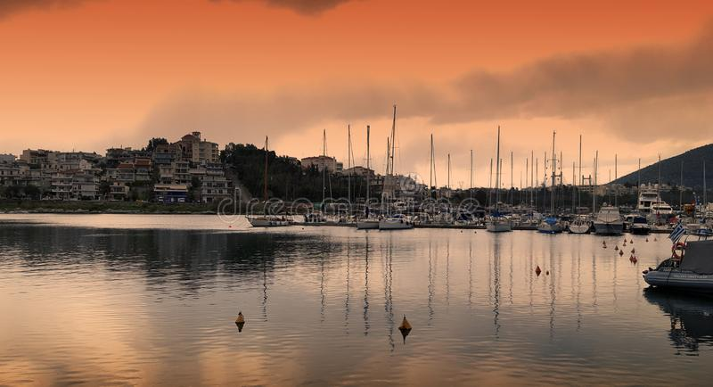 Bateaux à voile et yachts dans la ville de Chalkida photographie stock