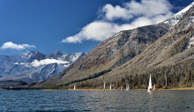 Bateaux à voile sur le lac inférieur de kananaskis en automne après une neige fraîche photo stock