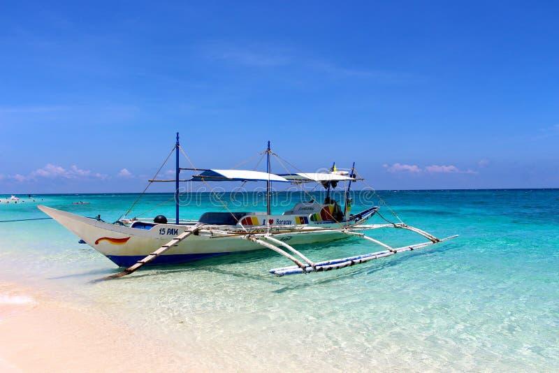 Bateaux à voile traditionnels sur la plage blanche photos stock