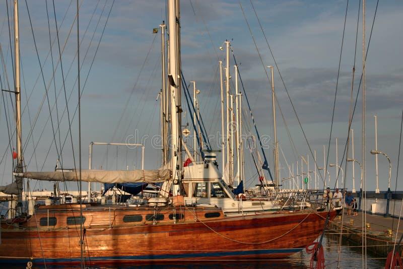 Bateaux à voiles dans la marina image stock