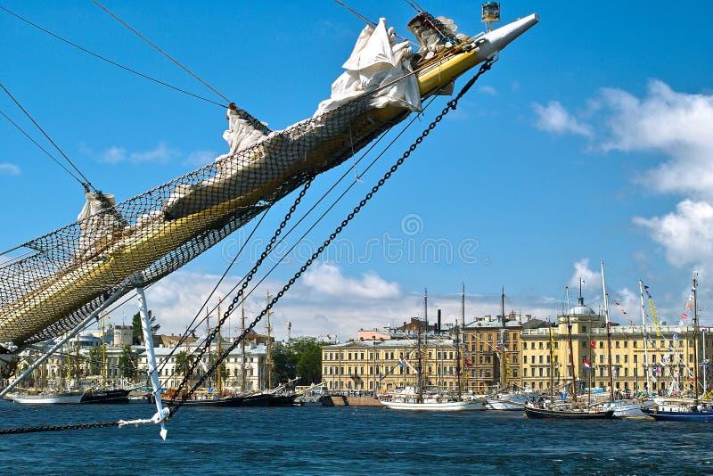 Bateaux à voiles dans la ville photos stock