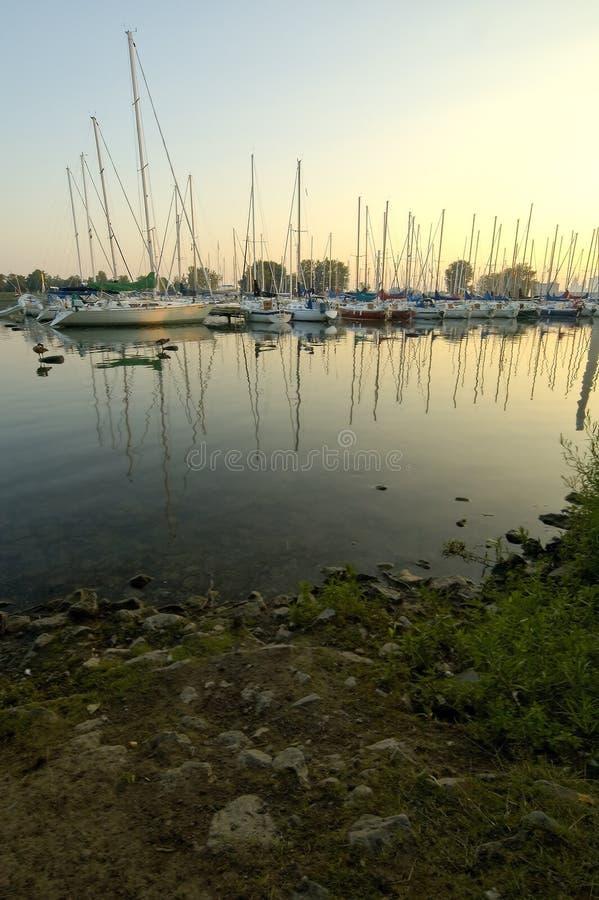 Bateaux à voiles de marina photos stock