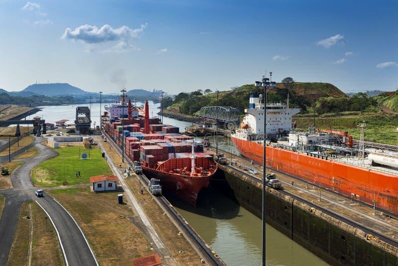 Bateaux écrivant les portes de Miraflores dans le canal de Panama images stock
