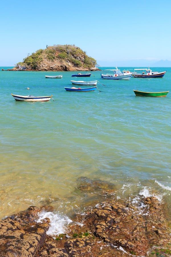 Bateaux, île de yachts, mer bleue dans DOS Buzios, Rio de J d'Armacao images libres de droits