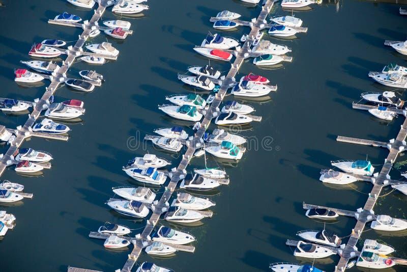 Bateaux aériens dans le port image stock