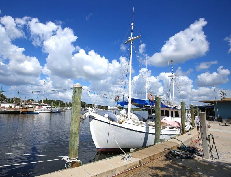 Bateaux accouplés chez Tarpon Springs du centre, la Floride images libres de droits
