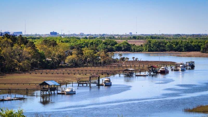 Bateaux accouplés dans les voies d'eau de Charleston photographie stock libre de droits