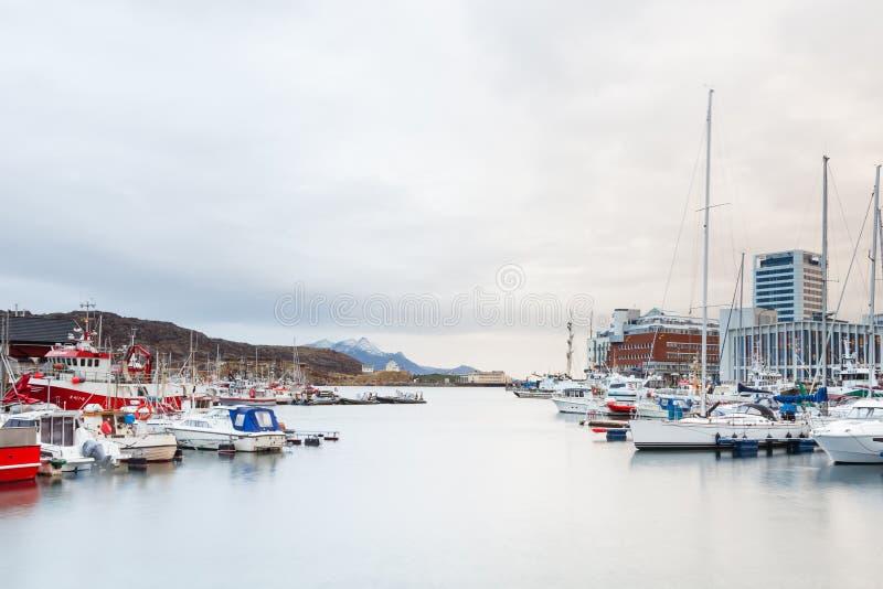Bateaux amarrés dans le port de Bodo, Norvège images libres de droits