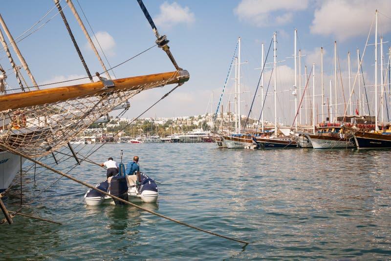Bateaux amarrés dans le port Mâts des bateaux contre le ciel photos stock