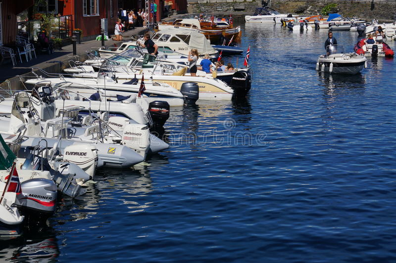 Bateaux amarrés devant un restaurant, Norvège photo stock