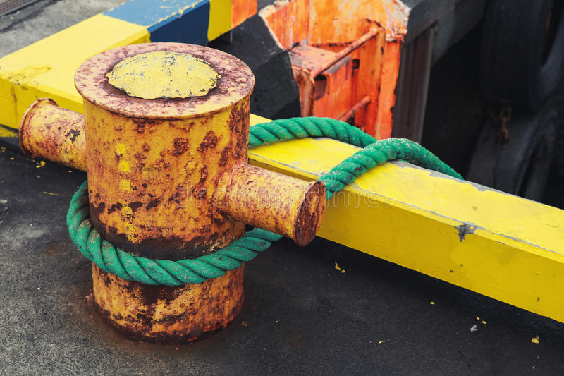 Bateaux amarrant l'équipement, borne jaune avec des cordes images stock