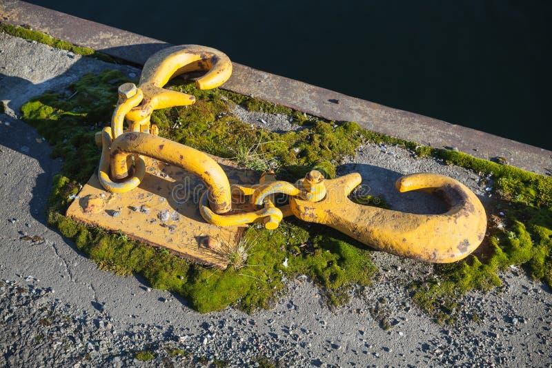 Bateaux amarrant l'équipement, crochets jaunes pour des cordes photographie stock libre de droits