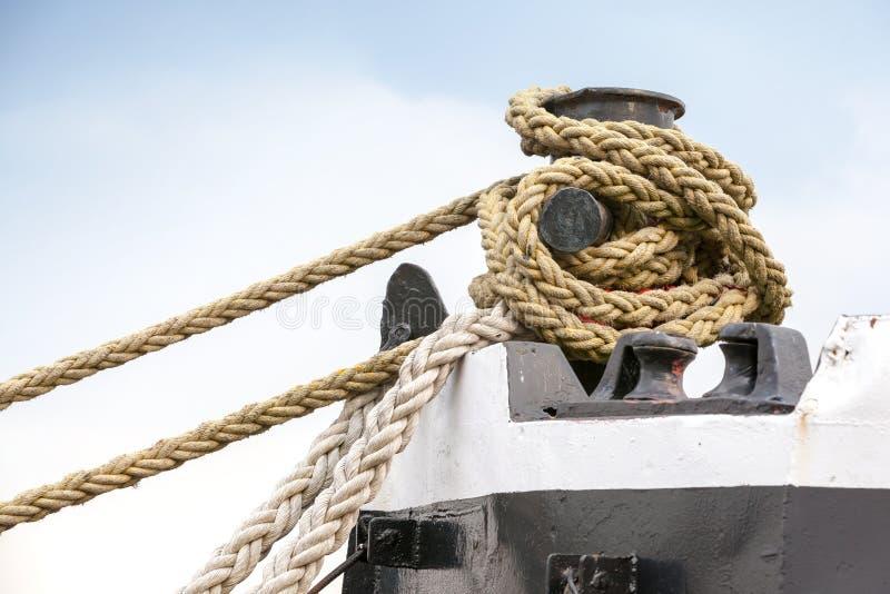 Bateaux amarrant la borne avec des cordes photographie stock