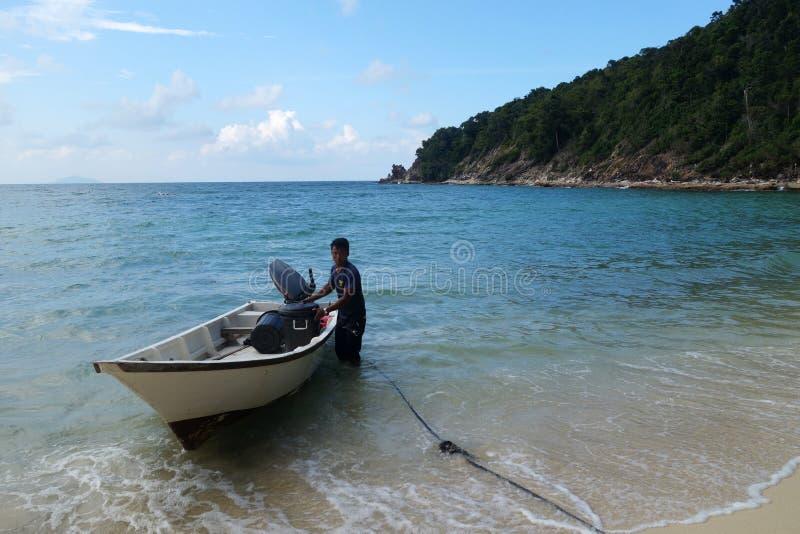 Bateaux ancrés à la plage située dans l'île de Sibu, Malaisie images stock