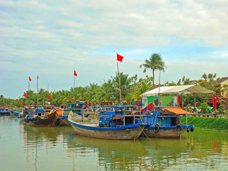 Bateaux ancrés en Hoi An, ville portuaire marchande antique au Vietnam central photos stock